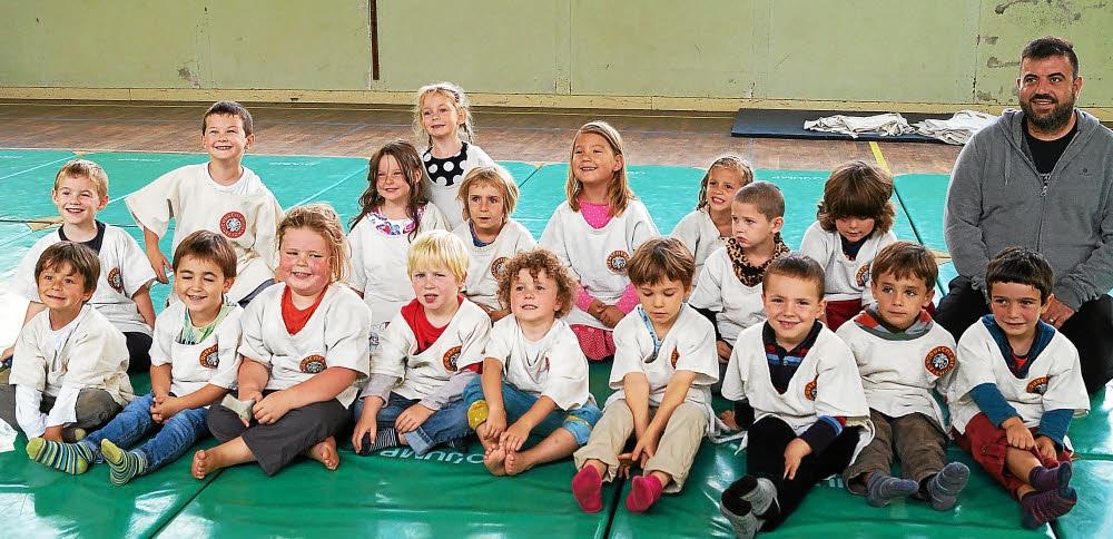 les-enfants-de-la-maternelle-avec-yoann-salaun-l-animateur_3083507