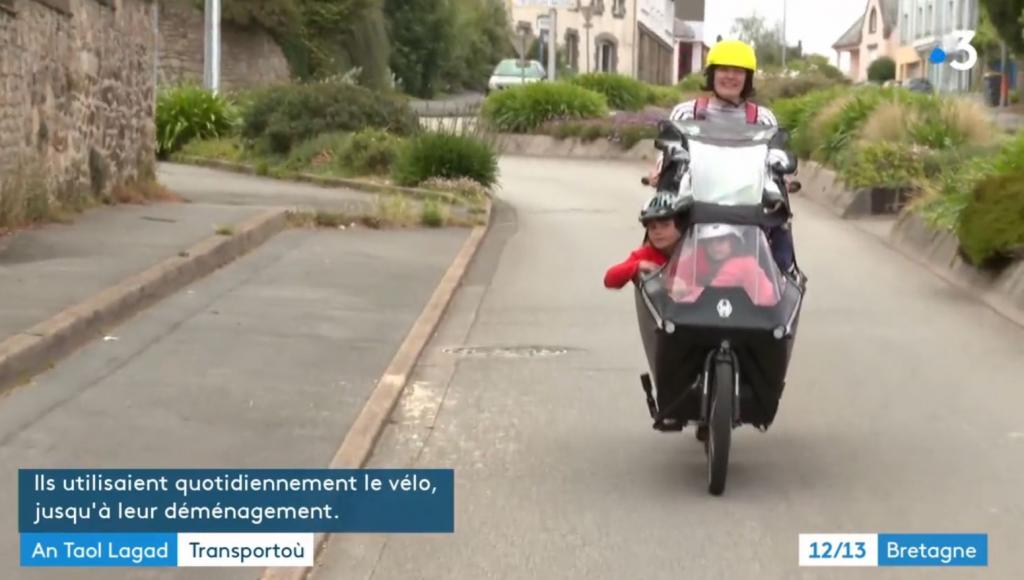 Aziliz avec ses trois filles en vélo cargo